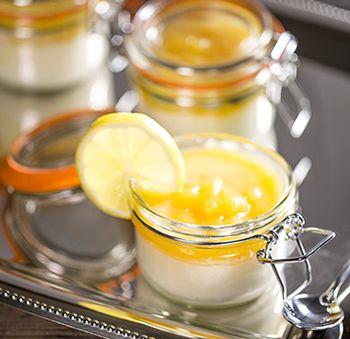 Deze passievruchtencoulis is snel en makkelijk te maken en is heerlijk met Griekse yoghurt of gewone yoghurt. Wij hebben de yoghurt met de coulis geserveerd in weckpotjes van Kilner van 125 ml.