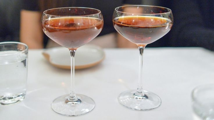 Ricetta cocktail: Rob Roy, cocktail con whisky scozzese, vermut e bitter http://winedharma.com/it/dharmag/febbraio-2015/rob-roy-cocktail-ricetta-ingredienti-e-storia