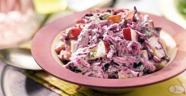 Σαλάτα με μοβ λάχανο, μήλα και μαγιονέζα