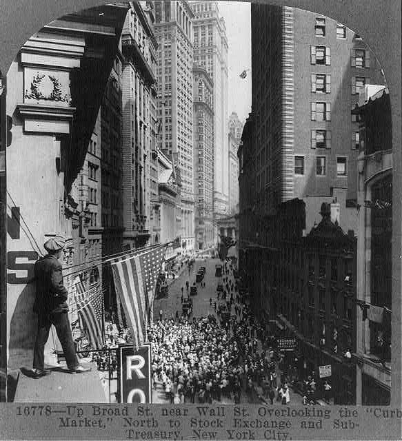 """Up Broad St. near Wall St., overlooking the """"Curb Market,"""" north to Stock Exchange and Sub-Treasury, New York City"""