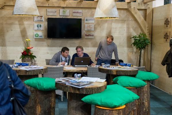 Het Houtpaviljoen koos ervoor om de logo's van deelnemende bedrijven te printen op .. hout uiteraard. (@Houtpaviljoen) #beurs