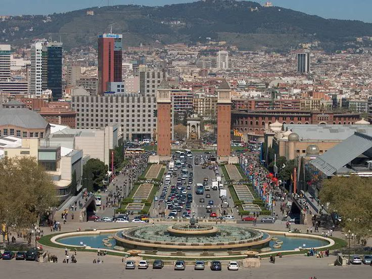 Het is misschien al opgevallen aan de autocadkaart dat de fontein wat groot is op het plein. Nee er zijn geen fouten gemaakt en nee we hebben het niet per toeval zo ingevuld. De fontein kan inderdaad zo groot zijn. Zoals u kunt zien op het plaatje van Font Màgica.