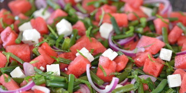 Lækker vandmelonsalat med grønne bønner og cremet feta samt rødløg og frisk mynte, som sætter prikken over i'et.
