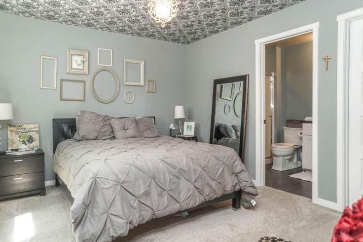 Grauen blaue Wänden machen dieses Master-Schlafzimmer aussehen hell und entspannend.