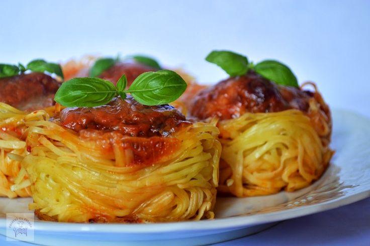 CAIETUL CU RETETE: Cuiburi din paste cu chiftelute, sos de rosii si m...