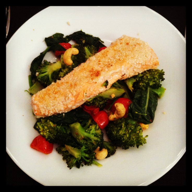 Salmon, sesame seeds, cashew nuts, broccoli, spinach and cherry tomatoes.