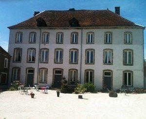Chateau Melay in Noord-Frankrijk. 30 km van route du soleil. Hele grote mooie familiekamer, heerlijke bedden en lekker ontbijt. Na lange rit aanschuiven aan gezellige table d'hote. En tot slot zeer vriendelijke en behulpzame gastheer en -vrouw!