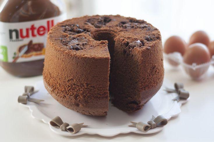 Il ciambellone soffice alla Nutella è un dolce che si prepara in poco tempo ma che vi conquisterà con la sua morbidezza e il suo sapore. Ecco la ricetta per prepararlo