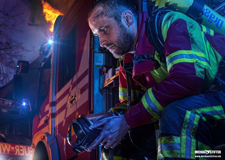 Bis zu 30 Minuten kann ein Einsatz unter schwerem Atemschutz dauern. Vor allem die Luft, die heißer ist als in einem Backofen und das schwere Atemgerät verlangen dem Feuerwehrmann alles ab.