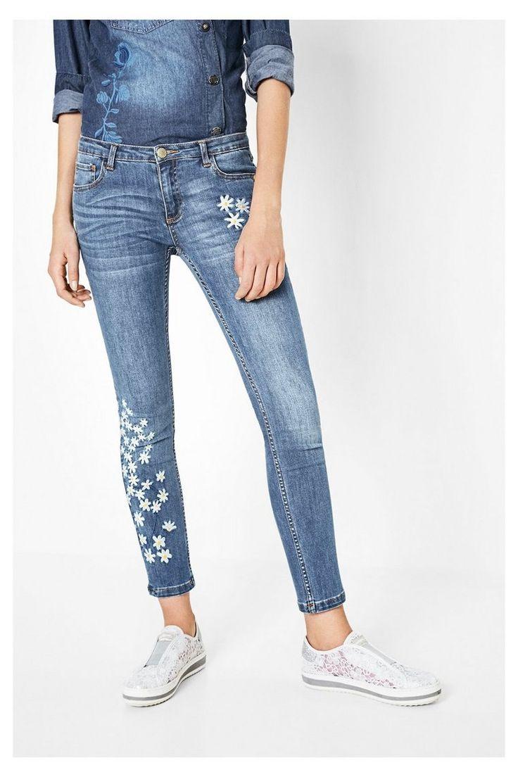 Desigual Slim-fit jeans met geborduurde details Jeans 3  blauw spijkerbroek jeans denim blue embroidery flowers white