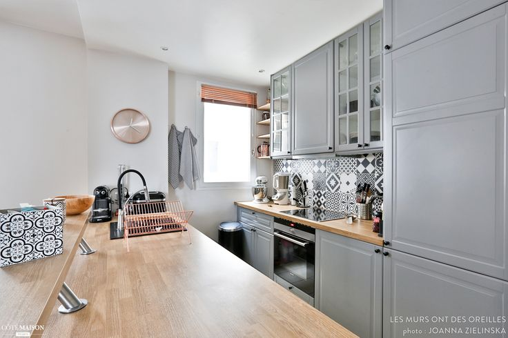 La cuisine, le séjour et la salle à manger ont été remis au goût du jour dans ce 3 pièces haussmannien. Un coup de frais qui offre un joli mariage entre le charme de l'ancien et une décoration dans l'air du temps.