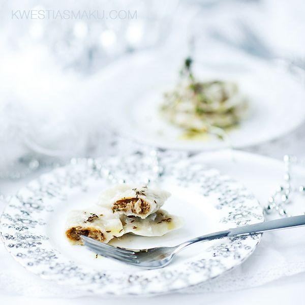 Pierożki z soczewicą suszonymi grzybami i kiszoną kapustą podane ze zrumienionym kminkiem, solą morską i oliwą z oliwek