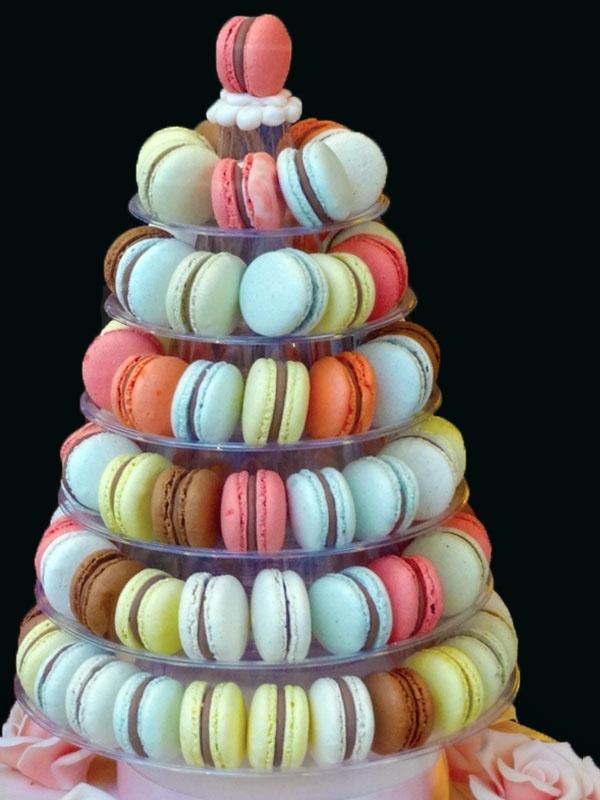 Man nehme französische Kekse Namena Macarons uns baue einen Turm. Sehr ansehnlich und lecker.