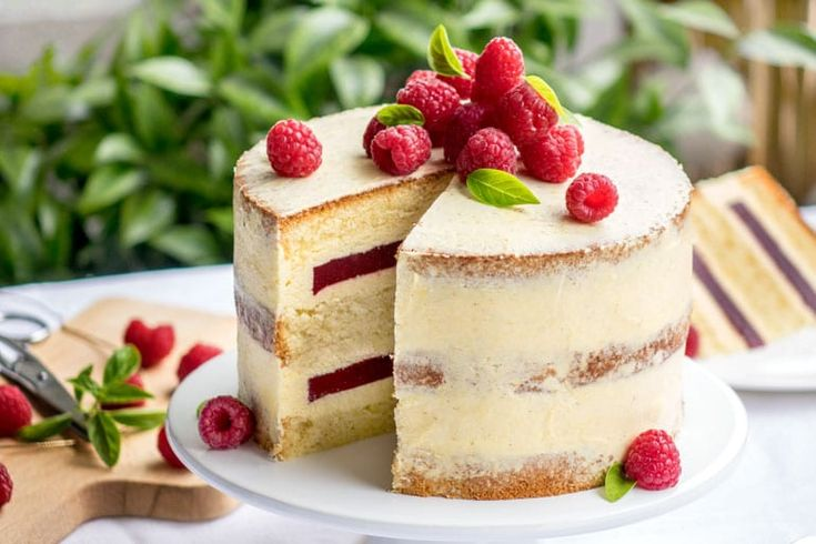 Layer cake aux framboises. Cette recette se compose d'un chiffon cake, d'une crème mousseline vanille et d'une gelée de framboises.