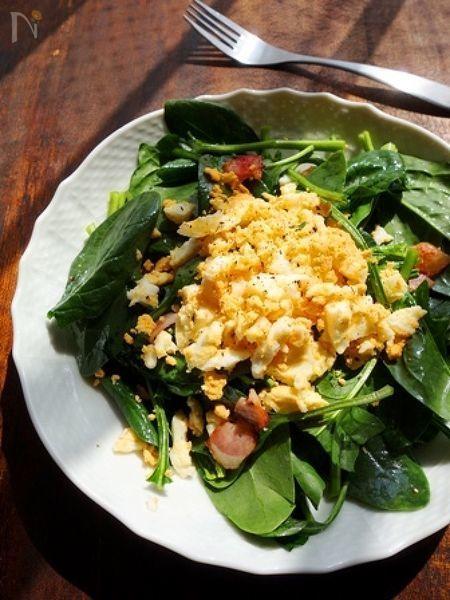 生で頂けるサラダほうれん草の緑色に、卵の黄色が映える華やかなサラダ。ベーコンの塩気とマイルドな卵がベストマッチ。春の訪れを感じるサラダです♪