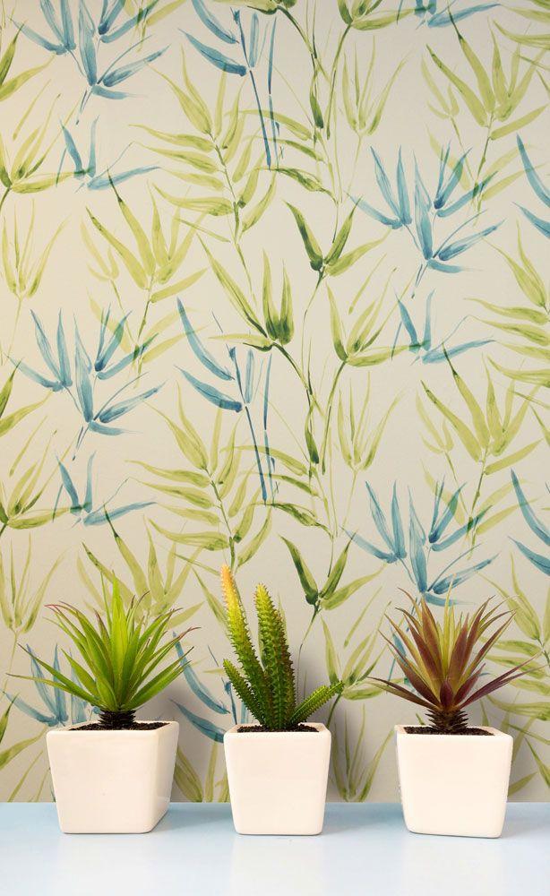 I tapetkollektionen Tropicana är det naturen som bestämmer! Tropiska bladmönster mixas med läckra dip dye- inspirerade ränder och enfärgat med levande ytor. Livfulla kulörer som limegrön, turkos, och roströd flätas samman med mer sobra toner som vit, grå och beige. Art.nr TRO104