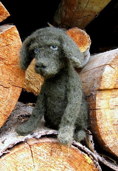 Babylabrador aus Biowolle. Ob er wohl ein neues Zuhause finden wird ?  100 % Naturprodukt.  Die Wolle stammt aus eigener Schafhaltung, dem  Kärntner B