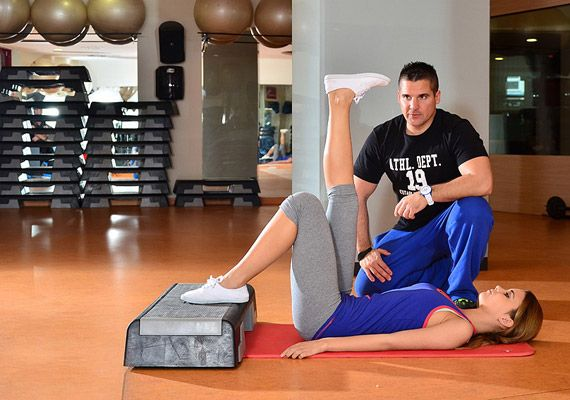 Helyezkedj el hanyattfekvésben, egyik lábadat nyújtsd fel. Lehetőség szerint a másikat tedd fel a steplépcsőre, illetve hasonló magasságú, stabil bútorra.