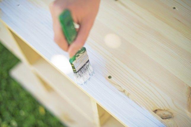 Malowanie mebli z surowego drewna