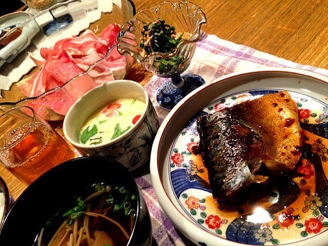 こんばんは(^^)今日も、一日終わりましたー!今日は、休日出勤でしたが、時間通りにおわりよかったです。晩ご飯は、父と一緒にご飯!!昨日、退院してきたのでー。久々です。相変わらず、焼酎のんでますがー\(^o^)/茶碗蒸しは、牛乳とブイヨンでつくりました。具は、トマト、ベーコン、チーズ、水菜。美味しかった!鯖は、梅干しを少しいれて味付けました。ではではー、またね! - 3件のもぐもぐ - 鯖の煮付け  洋風茶碗蒸し  お吸い物  生ハムサラダ  春菊とえのきのゴマ和え by 126kei