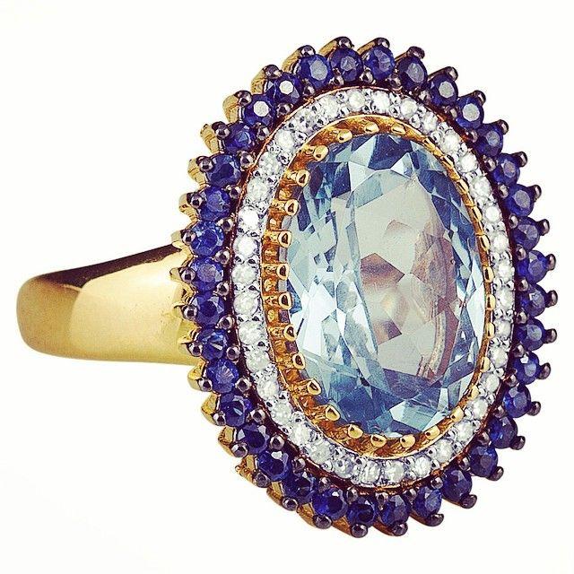 MANHATTAN, cores, diamantes e pedras. Ouro 18k com Safira azul e Topázio azul.