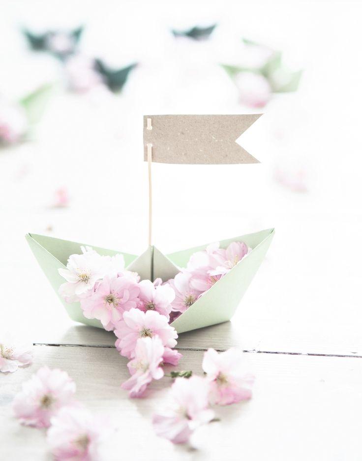 En pappersbåt. Himla fint som placeringskort.