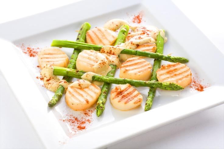 МАНГ ШО ДИЕП  Морские гребешки с зеленой спаржей, обжаренные на гриле в густом сливочном соусе. Очень сытное блюдо, хоть и выглядит небольшим.