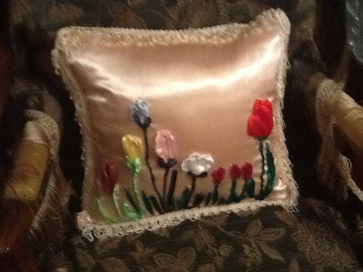 Τουλίπες φτιαγμένες με κορδέλες πάνω στο μαξιλάρι Δήμητρα Μπούκλα