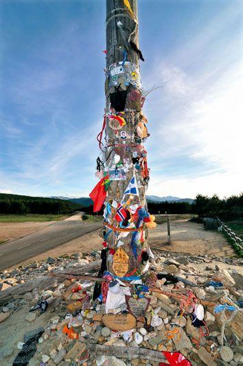 La Cruz de Hierro è ricoperta di sassi che i pellegrini lasciano esprimendo un desiderio (foto: Alamy/Milestonemedia)