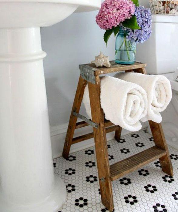 Desde guardar toallas hasta adornos, quién hubiese pensado que un simple piso de madera podía verse tan chic?