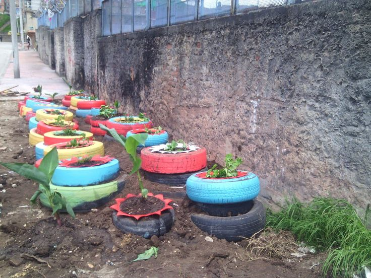 Jornada de recuperacion y embellecimiento  a punto critico priorizado por Aguas de Bogotá, en la carrera 5D con calle 50 A Sur. Se reutilizaron más de 35 llantas y se plantaron cerca de 20 matas. Participaron Secretaria de Ambiente, Alcaldía Local de Rafael Uribe Uribe, Hospital RUU, líderes ambientales y Aguas de Bogotá
