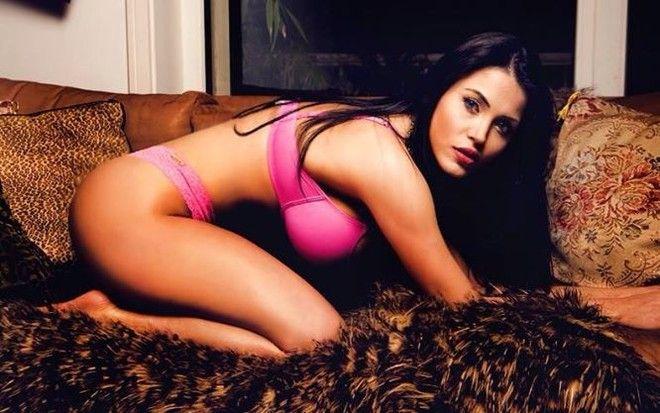 Claudia Alende, 20 anos, ficou conhecida como sósia Megan Fox e recentemente foi a vice campeã no concurso Miss BumBum Brasil 2014, representando o Paraná.
