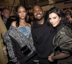 Kanye West a présenté hier sa première collection de chaussures et de vêtements pour Adidas lors de la fashion week de New York. Et y'avait du beau monde en outre sa femme Kim Kardashian, vêtue de ses premières créations pour la marque Adidas, sa fille North West, Beyoncé et Jay-Z, Anna Wintour, Justin Bieber, Rihanna et P. Diddy, 2 Chainz, Russell Simmons, et Pete Wentz mais aussi Kendall Jenner, Kylie et Koko habituée à défiler pour les plus grands qui a foulé le catwalk mais sa…