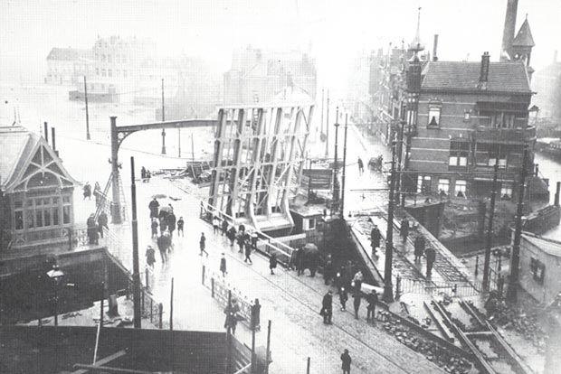 De sluis rond 1910. Links de nieuwe Aelbrechtsbrug in aanbouw, rechts de oude brug die wordt gesloopt. Het gebouw rechts, aan het begin van de Mathenesserdijk, is de voormalige herberg de Vergulde Swaen. Veel panden vanaf de hoek van de Mathenesserweg tot aan de Noordschans zijn hier al weggebroken.