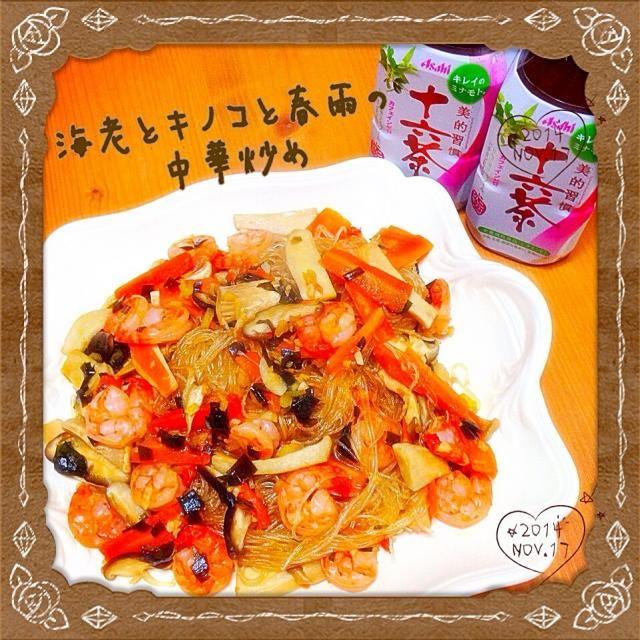 """こちらのともちゃんのお料理もヘルシー&ビューティーのテーマで お肉なしの春雨料理〜めっちゃ美味しかったよー♪ 春雨大好きで、これを主食にしてバクバク食べたよ〜笑  素敵なレシピをありがとう  にら醤油使ったから、美穂""""さん〜食べ友お願いねー♪ - 174件のもぐもぐ - ともちゃんの海老とキノコと春雨の中華炒め by Tomoko Ito"""