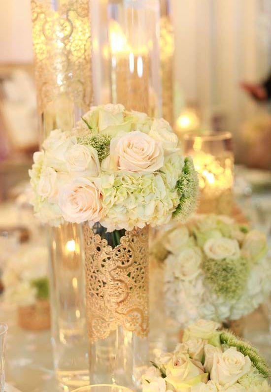 Centro de mesa con dorado y flores en tonos crema. #DecoraciónBoda #BodaRosa  Índigo Bodas y Eventos