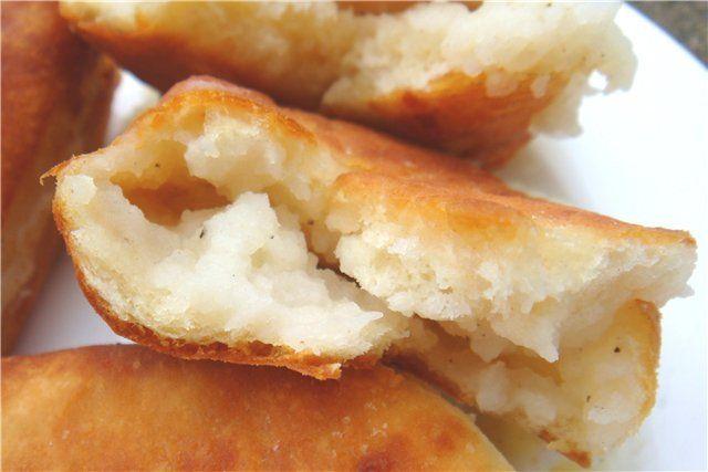 """Нежные хрустящие пирожки из теста """"Проще не бывает"""" Случайно нашла такой рецепт на сайте http://www.liveinternet.ru/community/20 09145/post98542787/ Рецепт меня приятно удивил своей простотой. У меня оставалось немного картофельного пюре и остатки батермилка. Я тут-же за несколько минут пожарила…"""