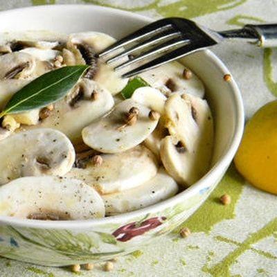 Salade de champignons crus à l'huile d'olive et au citron : 70 recettes de salades - Journal des Femmes