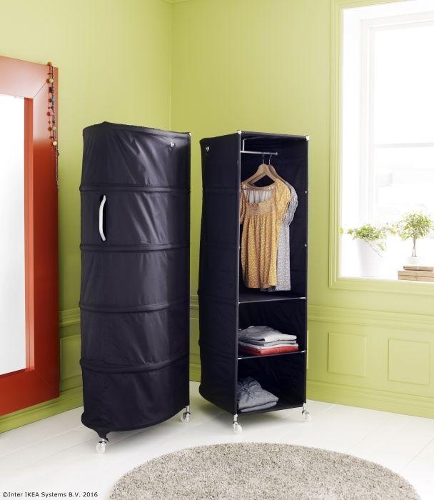 Dulapul IKEA PS are trei rotile și un mâner în spate, așa că îl poți muta cu ușurință acolo unde ai nevoie de el.