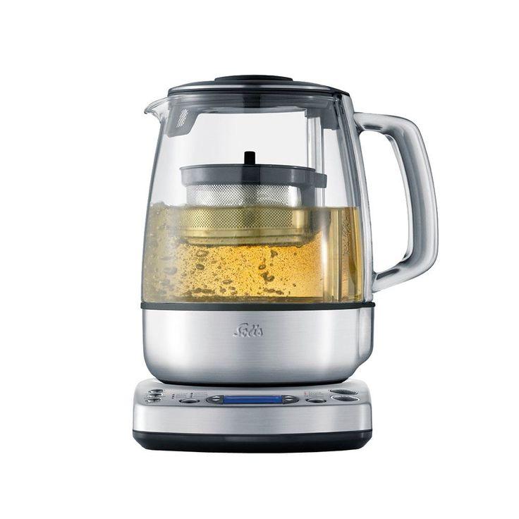 Solis Tea Maker Prestige  SOLIS Tea Maker Prestige: Waterkoker én theemaker in één Met de SOLIS Tea Maker Prestige heb jij een waterkoker en theemaker in één. Met deze volautomatische waterkokerzet jij op elk gewenst moment de perfecte kop thee met de juiste temperatuur en trektijd. Met slechts één druk op de knop kan jijje favoriete theesoort en de gewenste sterkte kiezen. De Tea Maker Prestige zet dan automatische een perfecte pot thee. Als deideale trektemperatuur is bereikt zakt het RVS…