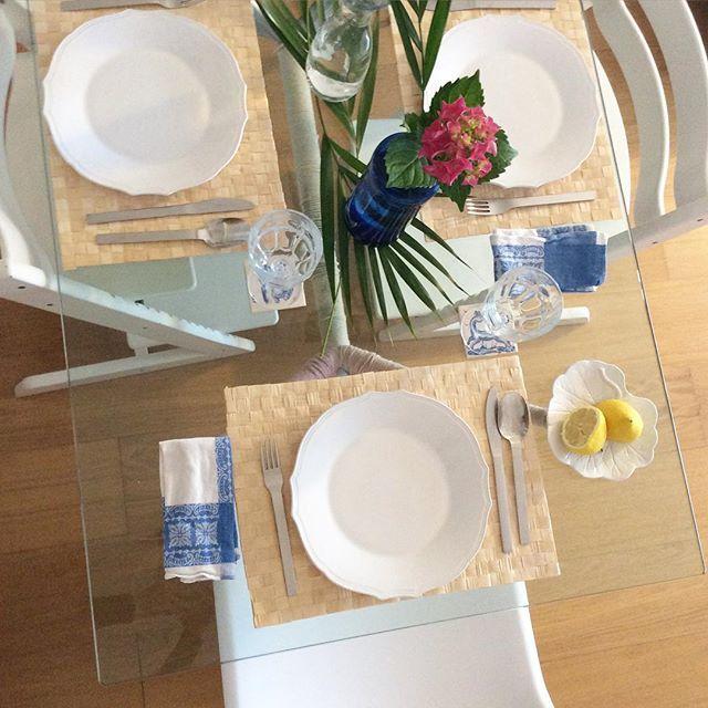 Spring dinner time! #19h #7pm #naturallight #anossamorada #smallspaces #calligaris #stokke #panton