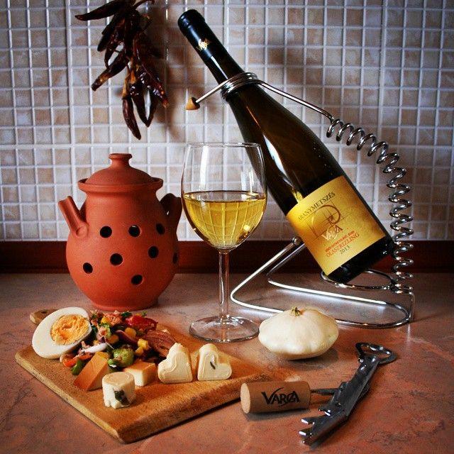 Csendélet #csendelet #tudunkelni #vargabor #vargapinceszet #vargaborinsta #varga #kesoiszuretelesu #edes #olaszrizling #kedvenc #sweet #wine #cheese #salad #budapest #hungary