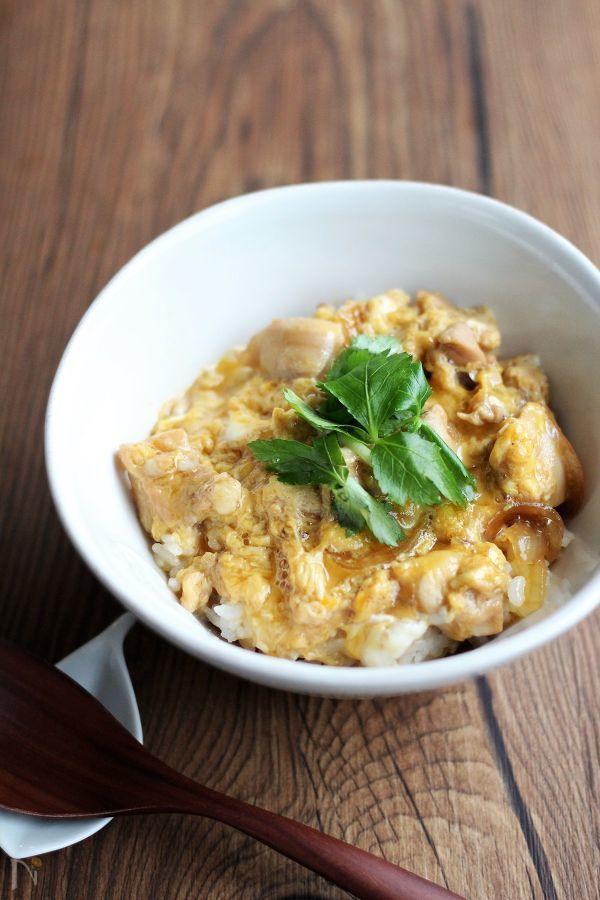 丼ものの定番、親子丼は時間がないときによく作る、簡単スピードメニューです。  とろとろの卵に仕上げるために、卵を2回に分けて入れています。