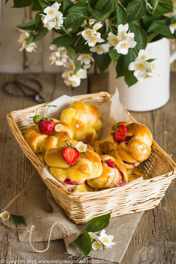 Bułeczki z truskawkami i lukrem z kwiatów bzu czarnego
