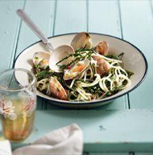 Αλμυρά, πικάντικα και τραγανά, τα σαλικόρνια ή αλμυρίχα ή θαλασσινό φασόλι συνδυάζονται εξαιρετικά με τον έντονο χαρακτήρα της γυαλιστερής. Ένα πιάτο ανάλαφρο και καλοκαιρινό