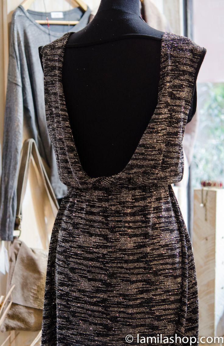 Vestido color gris plata con purpurina y escote en la espalda...