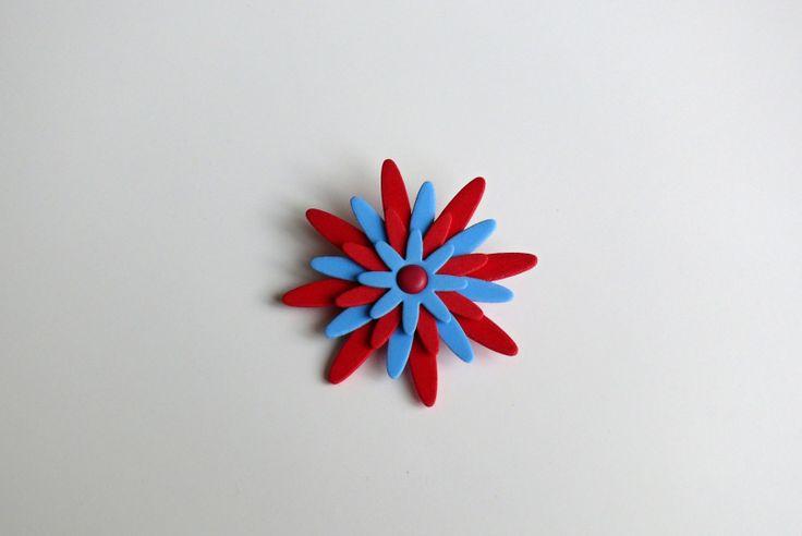 Brožka červenomodrá velikost 9 cm, na zadní straně brožový můstek, vyrobena z pěnovky (mossgummi) - velmi lehký materiál, krásně drží tvar lze připevnit na oděv, na tašku na závěs či záclonu