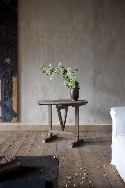 Axel Vervoordt. Mooie muur en tafeltje