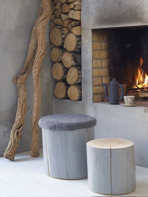 Open haard beton look - Woontrendz I love the icy gray, the raw wood, and the…