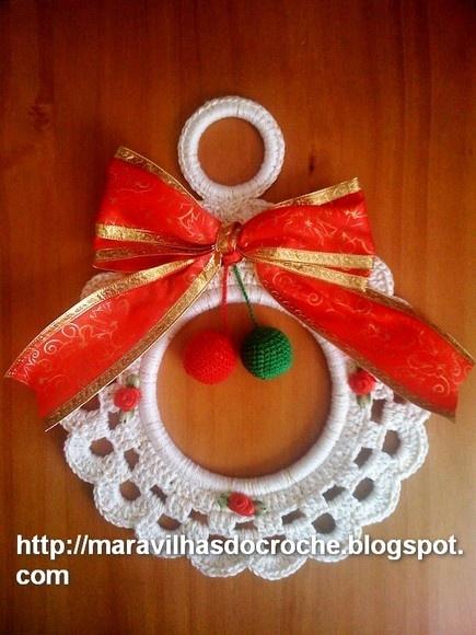 Guirlanda de Natal feito em Croche para decoração....sua medida é 20 cm de diâmetro. Uma Linda Opção decorar a sua casa. A Cor fica a escolha do Cliente.. O Frete é cobrado á parte, para isso mande-me seu CEP , para eu calcular o Pac ou Sedex. Feito por Andrea Zanon. Maravilhas Do Croche R$25,00: